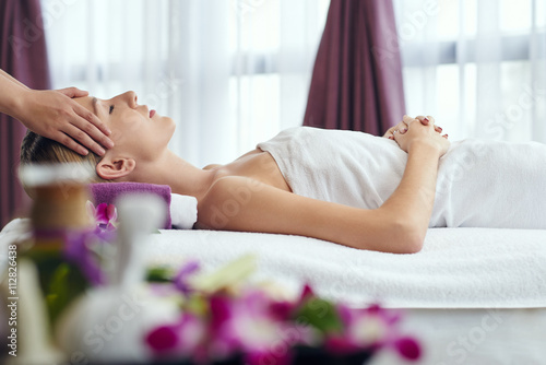 Foto  Woman receiving relaxing head massage in spa salon