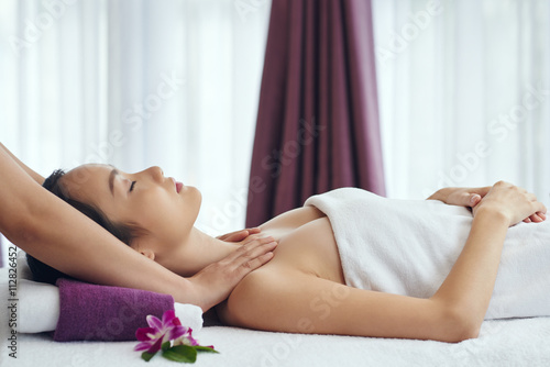 Fotografie, Obraz  Side view of Chinese woman relaxing in spa salon