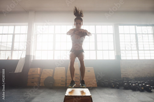 Photo  Young woman working out with a box at the gym