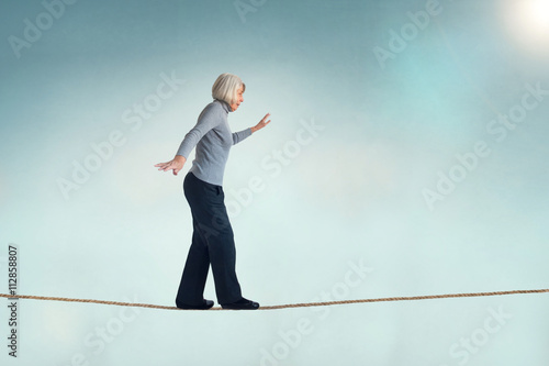 Fotomural senior woman on a tightrope