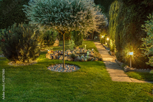 Poster Jardin Garden illuminated by lamps