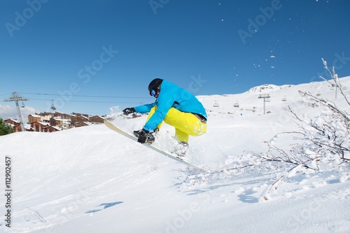 Photo  Young man jumping with snowboard