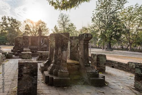 Ruin with a statue of Buddha in Wat Si Chum, Thailand Obraz na płótnie
