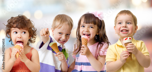 obraz dibond children or kids group eating ice cream