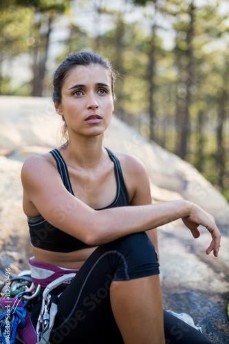 Foto op Plexiglas Alpinisme Woman sitting and posing with climbing equipment