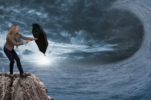 Plakat Fala potworów pojawia się na otwartym morzu z powodu silnej burzy
