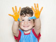 Niño Mostrando Sus Manos Pint...