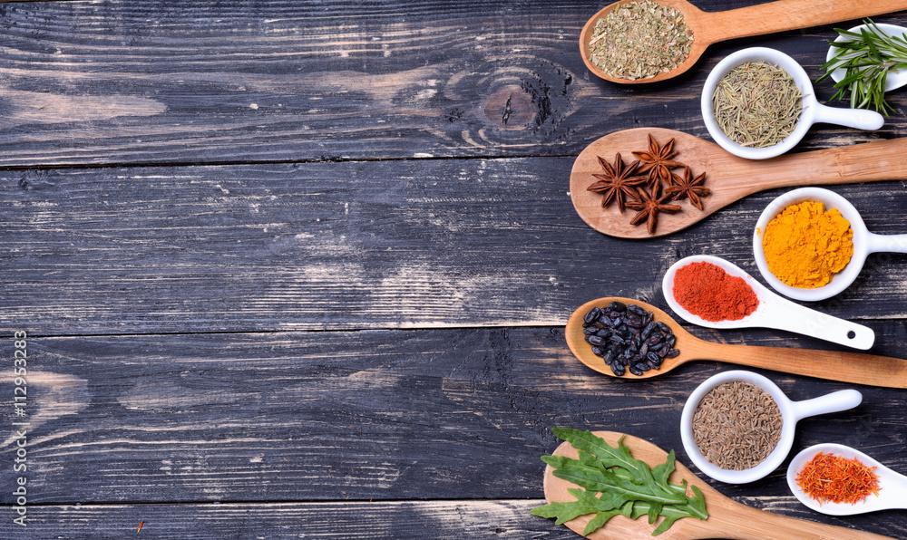 Przyprawy w proszku i zioła na łyżki <span>plik: #112953283 | autor: olgasun</span>