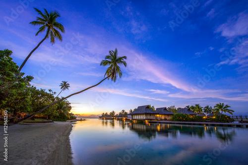 Foto op Aluminium Bali Romantischer Sonnenuntergang am Strand