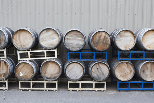 Autocollant pour porte Vin Barrels of wine stacked in a winery