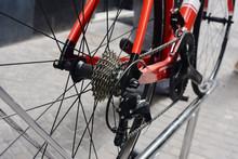 Bicicletta Rossa In Esposizione Sulla Strada