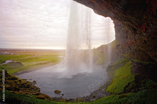 zachod-slonca-zza-wodospadu