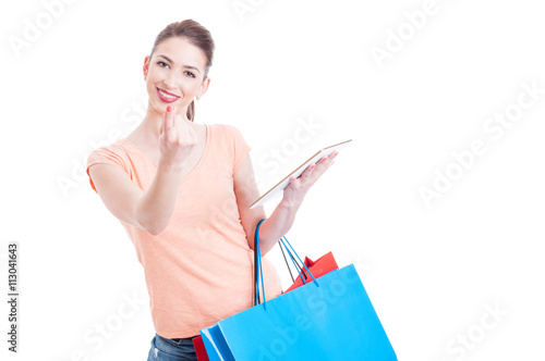 Photo  Young lady shopper making come here gesture holding tablet