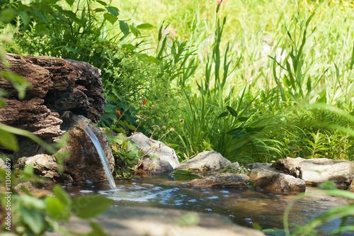 Gartenteich mit sprudelnder Quelle