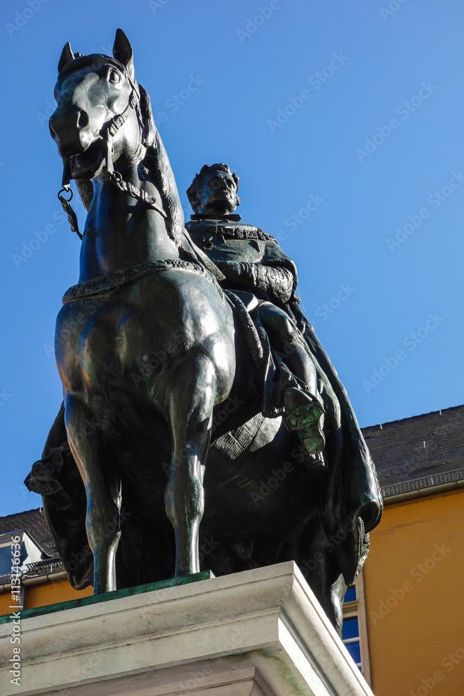Kuchenruckwand Aus Glas Mit Foto Ludwig Der Erste Statue In