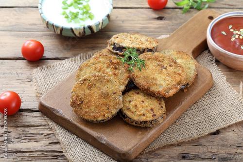 Fotografie, Tablou  alimentazione vegetariana verdure melanzane gratinate o fritte su sfondo rustico