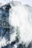 Widok na skalistą górę pokryte śniegiem - 113217097