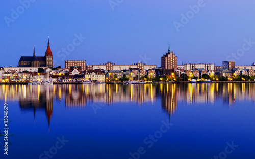 Fotomural  Night Panorama view to Rostock. River Warnow and City port.