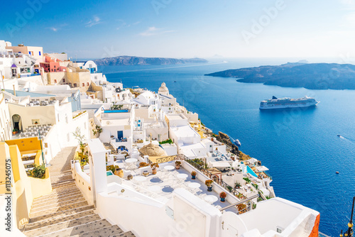 La pose en embrasure Santorini Fira capital of Santorini island and the view of volcanic caldera, Santorini, Greece