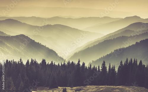Krajobraz mglistych górskich wzgórz.