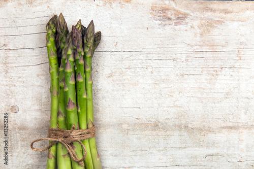 Foto op Canvas Cactus Grüner Spargel auf Holz Hintergrund - Spargelbund