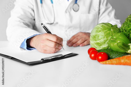 Photo  Doctor counting calories in hospital