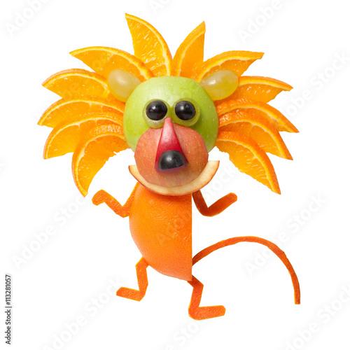 dancingowy-lew-robic-pomarancze-na-odosobnionym-tle