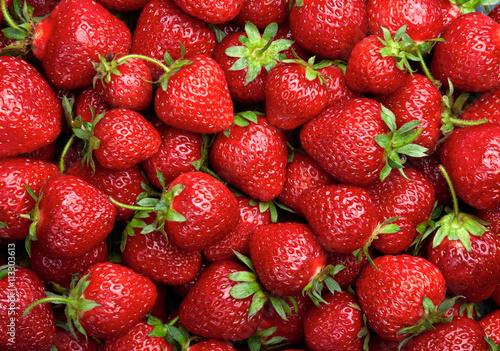 truskawkowy-tlo-czerwone-dojrzale-organicznie-truskawki-na-rynku