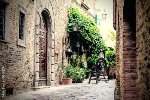wąska, urocza uliczka we Włoszech