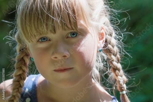 Fotografering  blondes Mädchen mit Zöpfen