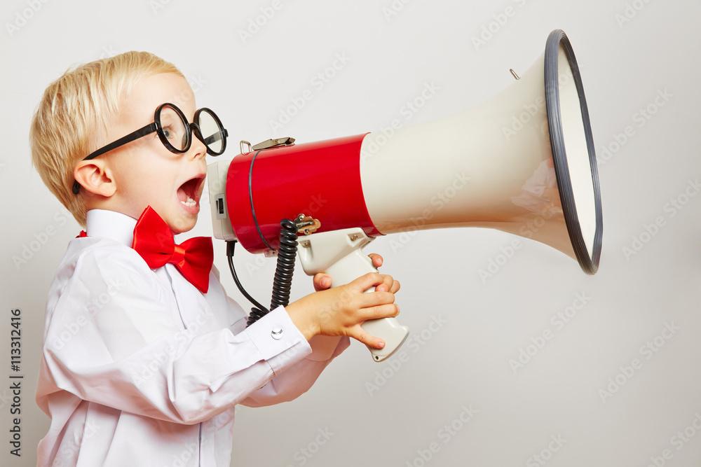 Fototapeta Kind ruft laut in ein Megafon