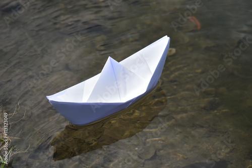 Barchetta Di Carta Nellacqua Lago Barchetta Cartoncino Bambini Lago