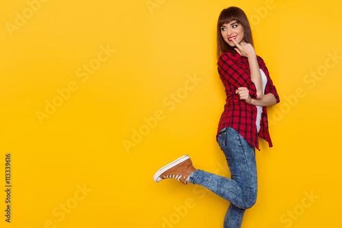 Fotografía  Curious Girl Looking Over Shoulder