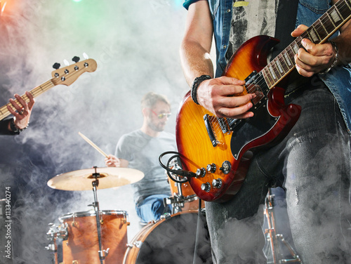 Fotografia Rock band performs on stage