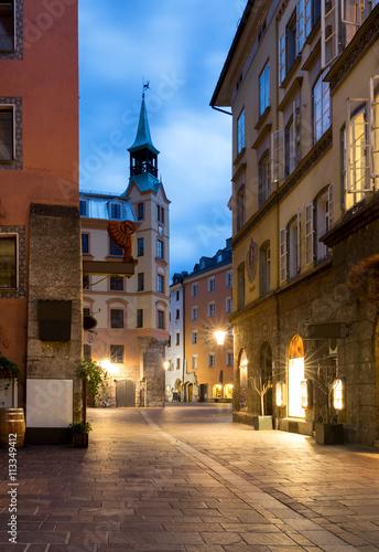 Altstadt von Innsbruck am Abend Canvas-taulu