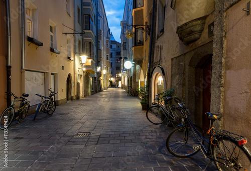 Photo  Gasse in der Altstadt von Innsbruck am Abend