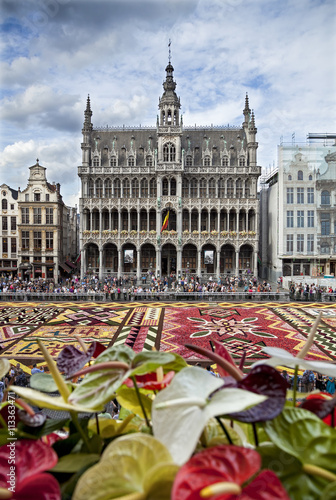 Foto op Canvas Brussel Flower Carpet in Front of King House or Het Broodhuis in Grand Place of Brussels