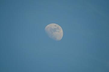 mond und blauer himmel