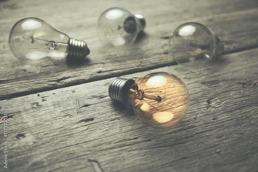 bulbs on table w salonie