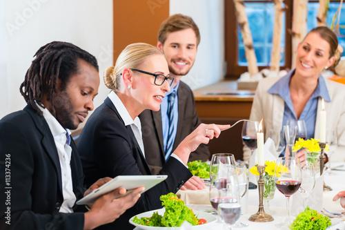 Zdjęcie XXL Drużyna przy biznesowym lunchu spotkaniem w restauraci