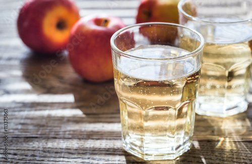 Two glasses of cider on the wooden background Fototapet