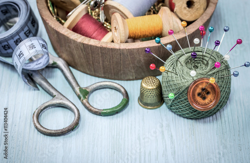 Foto  still life of spools of thread on a wooden background