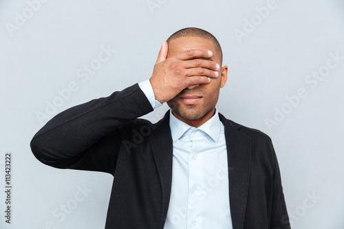 Fotografie, Obraz  Portrét podnikatel pokrývající oči izolovaných na šedém pozadí