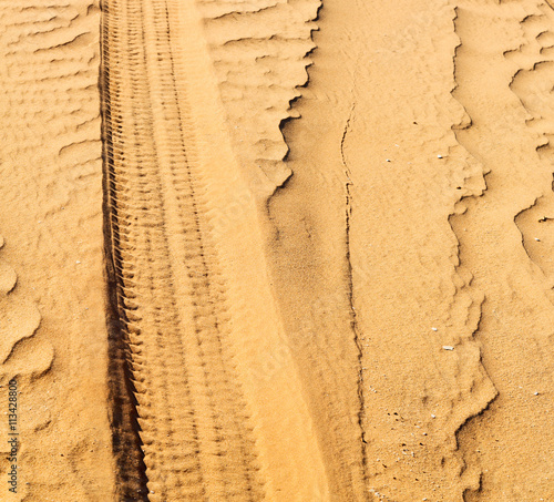 Staande foto Vintage Poster oman desert track of some cars in the sand and direction textu