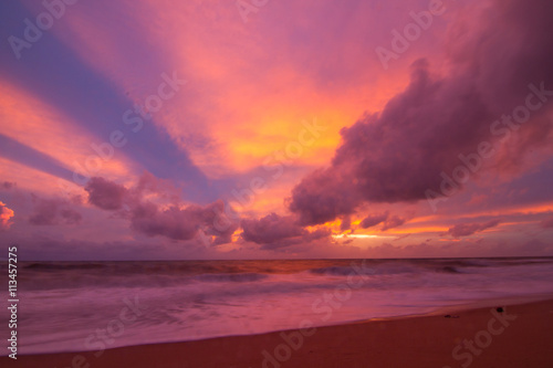 Foto auf AluDibond Hochrote Colorful sky and the beach
