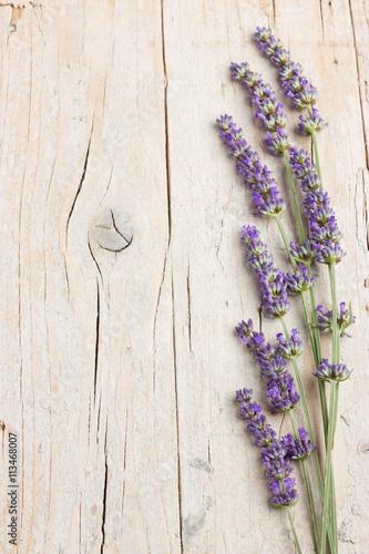 swieze-kwiaty-lawendy-na-jasnym-drewnie