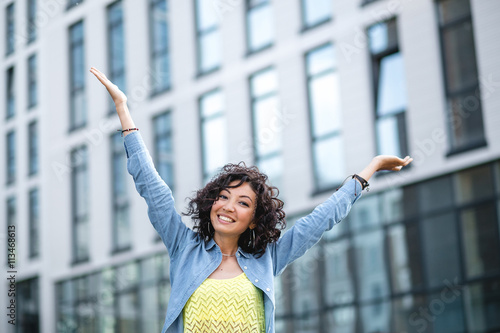 Happy young curly-headed mulatto woman smiling on the background Canvas-taulu