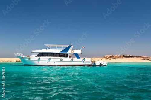 Foto op Plexiglas Caraïben Small yacht docked in red sea.