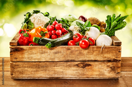 Tuinposter Groenten Wooden crate of farm fresh vegetables