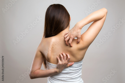 Obraz 背中を掻く女性 - fototapety do salonu